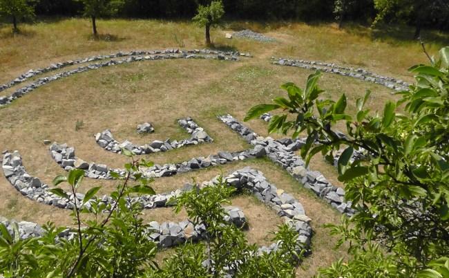 probíhající výstavba labyrintu