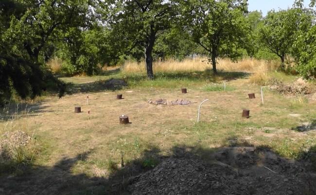 zacatek vystaby menhiroveho pole